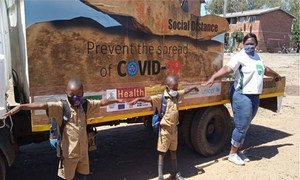 Niños en Zimbabue aprendiendo a manterner la distancia física.
