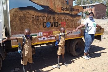 ज़िम्बाब्वे में बच्चों को सामाजिक दूरी बरतने के उपाय के बारे में जानकारी दी जा रही है.