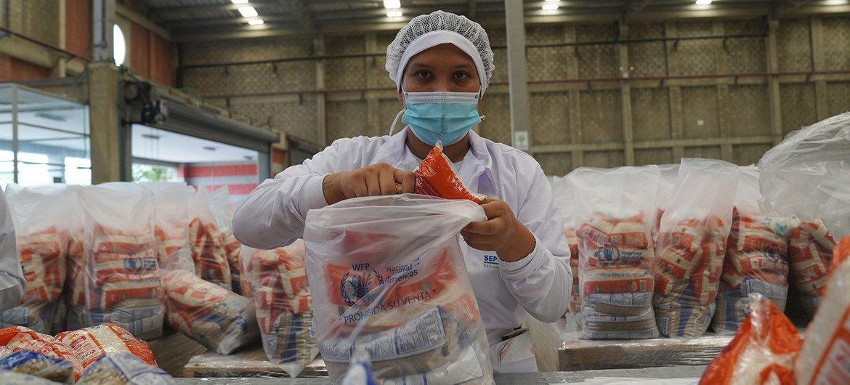 Pacotes de alimentos preparados na Colômbia para distribuição em escolas na Venezuela.