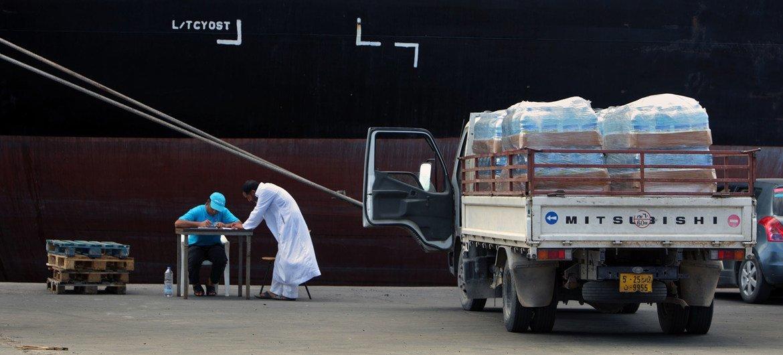 إمدادات مياه الشرب جاهزة للتوزيع من ميناء طرابلس، ليبيا.