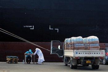 Preparativos para el suministro de agua en el puerto de Trípoli, Libia.