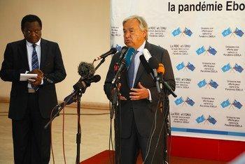 यूएन प्रमुख किन्शासा में पत्रकारों को संबोधित करते हुए.