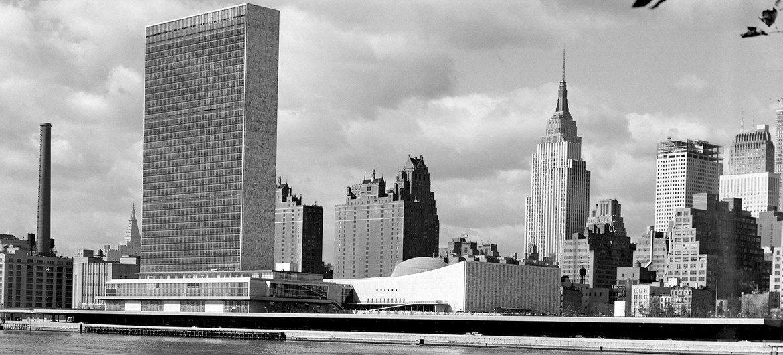 1955年10月24日,联合国总部和纽约曼哈顿中城天际线。