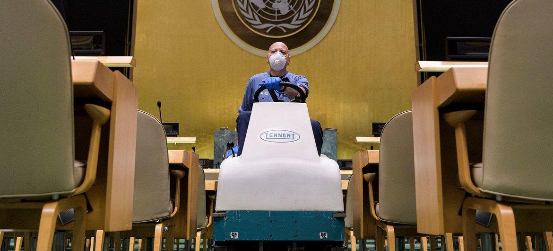 Un trabajador de limpieza opera un vehículo en el auditorio de la Asamblea General.