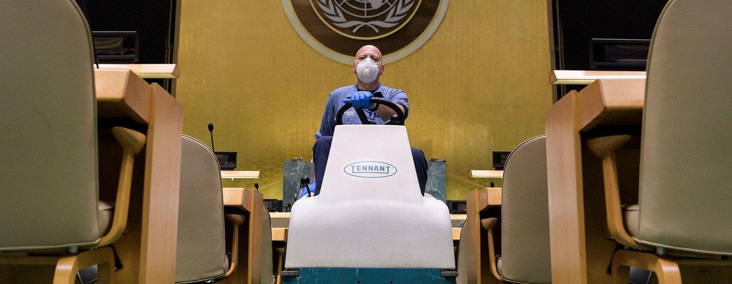 清洁人员在联合国大会堂内打扫卫生。