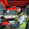 Mujer manejando un montacargas en la planta de reciclaje donde trabaja, en Shouneh del norte, Jordania.