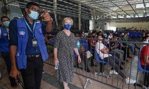 La alta comisionada adjunta en materia de Protección de ACNUR, Gillian Triggs, recorre un Centro de Atención a Refugiados durante una visita a la ciudad de Tapachula, en el sur de México.