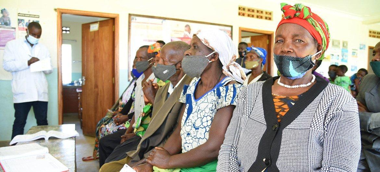 Des patients attendent d'être vaccinés contre la Covid-19 dans un centre de santé du district de Kabale, en Ouganda