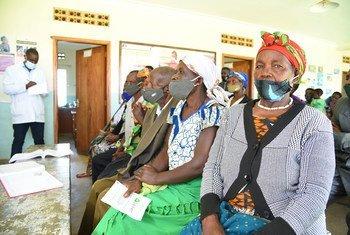 Pacientes esperam para tomar vacina no distrito de Kabale, Uganda.