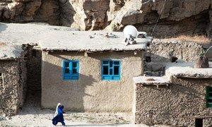 一名妇女走在位于阿富汗东北部的巴达赫尚省。