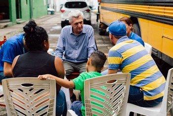 El Alto Comisionado de la ONU para los Refugiados, Filippo Grandi, se reúne con una familia guatemalteca en Tapachula, México.