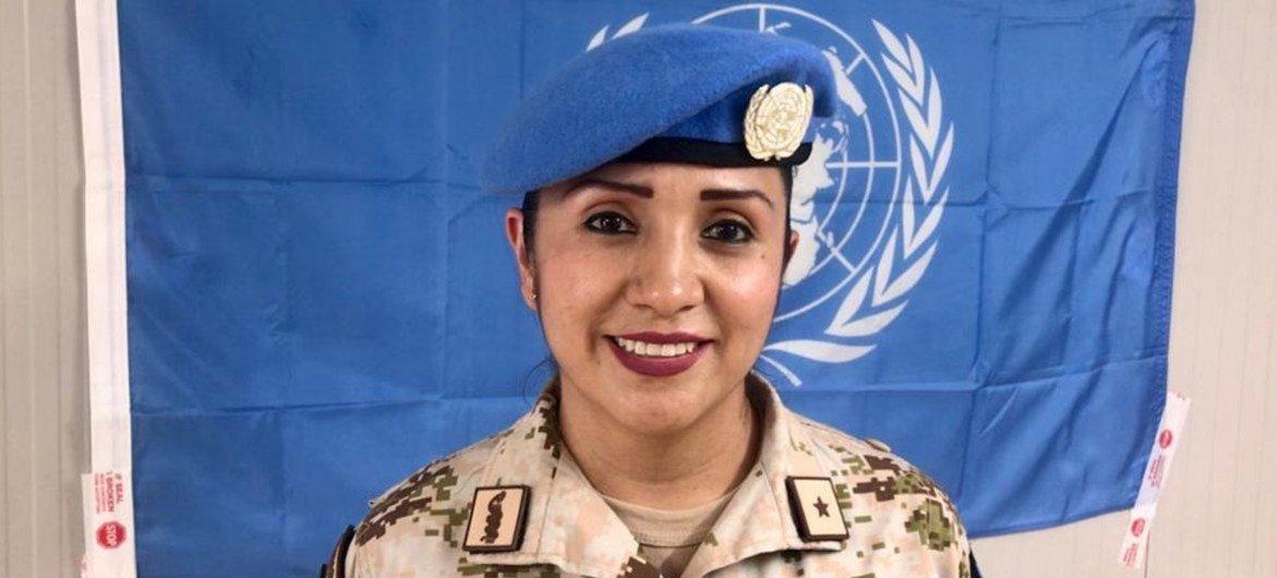 Eliza Paloma Millán, delante de la bandera de las Naciones Unidas