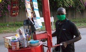 Un vendeur ambulant vend du thé et du café dans sa charrette à Abidjan, en Côte d'Ivoire, pendant la pandémie du COVID-19.