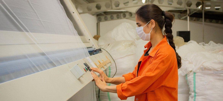 Una mujer utiliza mascarilla mientras trabaja en Turquía.