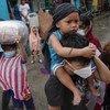 Des personnes évacuées arrivent dans un centre d'débergement à Manille alors que le super typhon Goni a touché terre aux Philippines le dimanche 1er novembre 2020.