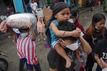 Personas evacuadas por el Super Tifón Goni llegan a un centro de acogida en Manila, Filipinas.