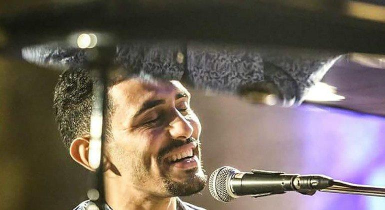 أيهم أحمد هوهو يعزف ويغني