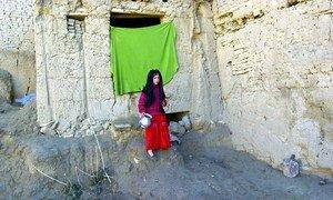一个小女孩站在喀布尔附近法扎尔拜格区的避难所外。