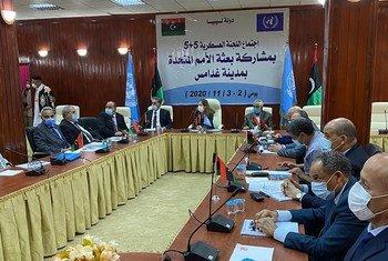 लीबिया के लिये यूएन महासचिव की विशेष कार्यकारी प्रतिनिधि स्टैफ़नी विलियम्स संयुक्त सैन्य आयोग की बैठक में शिरकत करते हुए.