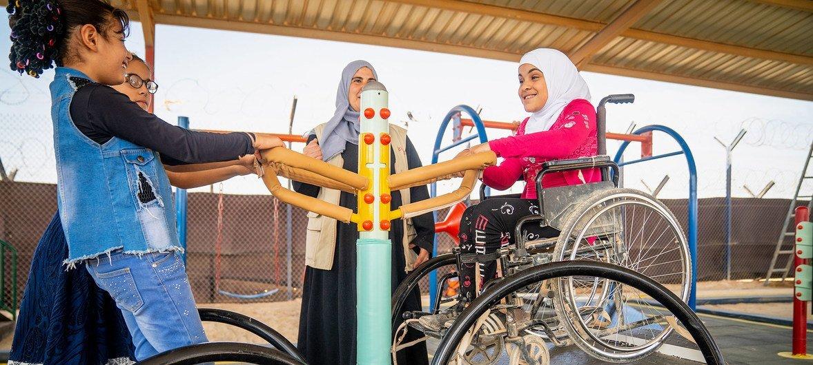जॉर्डन के शरणार्थी शिविर में विकलांग बच्चों के लिए खेलकूद की सुविधाएं स्थापित की गई हैं.