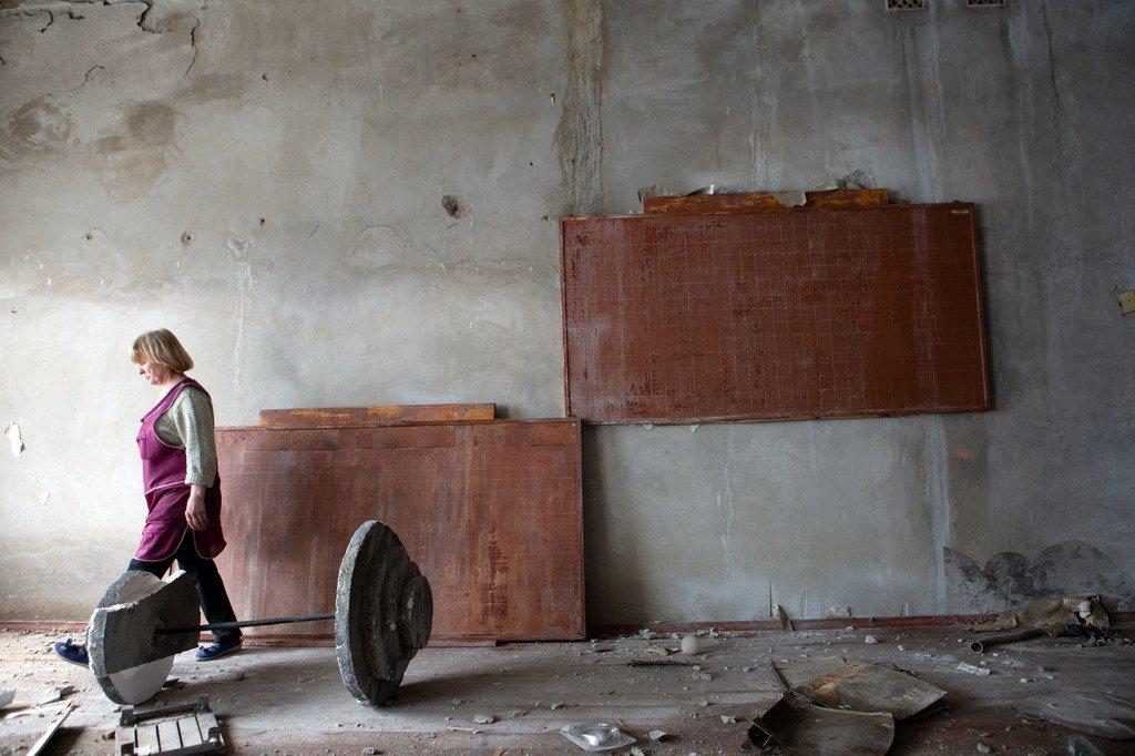 Dans l'est de l'Ukraine, cette école endommagée abrite un collège et un jardin d'enfants. L'école sert également d'abri lors des bombardements.