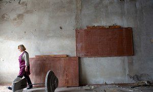 Одно крыло здания этой школы, расположенной на востоке Украины, полностью разрушено боевыми действиями, но в уцелевшей части продолжаются занятия, проводятся спортивные мероприятия и семинары по безопасности. Во время обстрелов здание служит бомбоубежищем.