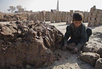 अफ़ग़ानिस्तान के ननगरहार प्रान्त में ईंट के एक भट्टे पर काम करता 7 साल का एक बच्चा. बाल मज़दूरी भी समाकालीन दासता का एक रूप है.