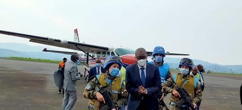 دعاء شحاتة أثناء مرافقتها للدكتور دينس موكويجي الحائز على جائزة نوبل في مطار كافومو.