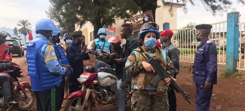 دعاء شحاتة وهي تقوم بأداء واجبها في دورية مشتركة بين الفرقة المصرية وشرطة الأمم المتحدة والشرطة المحلية في مدينة بوكافو