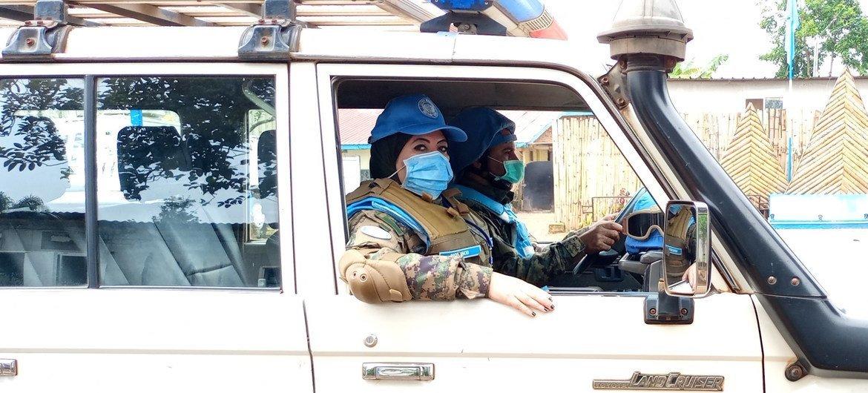 دعاء شحاتة وهي تقوم بالتحضير لبدء مهمتها الدورية في المعسكر المصري.