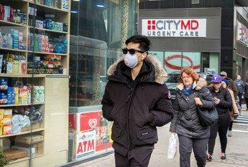 越来越多的纽约人开始戴口罩来预防冠状病毒。