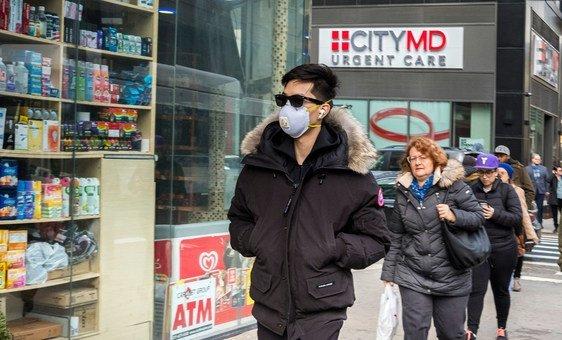 Número crescente de pessoas em Nova Iorque parece ter começado a usar máscaras como precaução contra o coronavírus.