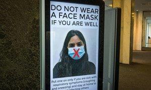 न्यूयॉर्क स्थित संयुक्त राष्ट्र मुख्यालय में कर्मचारियों को फ़ेस मास्क के बारे में ज़रूरी सूचना दी जा रही है.