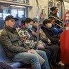 Pasajeros con mascarillas en el metro de Nueva York