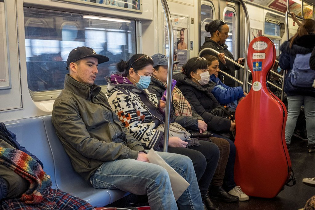 A New York, dans les transports en commun, des passagers portent des masques.