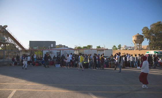 Refugiados da Somália, Síria e Eritreia embarcam em um ônibus no Centro de Recolhimento e Partida do Acnur em Trípoli, Líbia, a caminho de um voo de evacuação para a Itália.