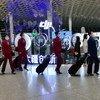 佩戴口罩的乘务员行走在中国深圳宝安国际机场。