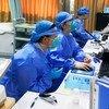 中国深圳第二人民医院急诊室的护士戴着口罩在进行检测。
