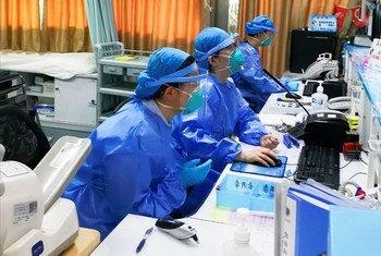 Nesi wa chumba cha dharura wakiwa wamejikinga pua na midomo katika Hospitali mjini Shenzhen nchini China