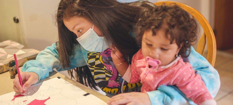 从危地马拉移民美国的年轻母亲珍尼佛和她8个月大的女儿在位于纽约州的家中。