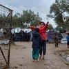 ग्रीस के लेसबॉस द्वीप स्थित पंजीकरण व पहचान केन्द्र में ठहराए गए कुछ बच्चे खेलते हुए. (15 दिसम्बर 2018)