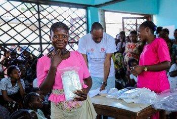يوزع صندوق الأمم المتحدة معدات للولادة النظيفة لنساء في محافظة كاساي بجمهورية الكونغو الديمقراطية.
