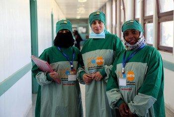 فريق طبي يعالج ناسور الولادة في مستشفى الثورة في اليمن.