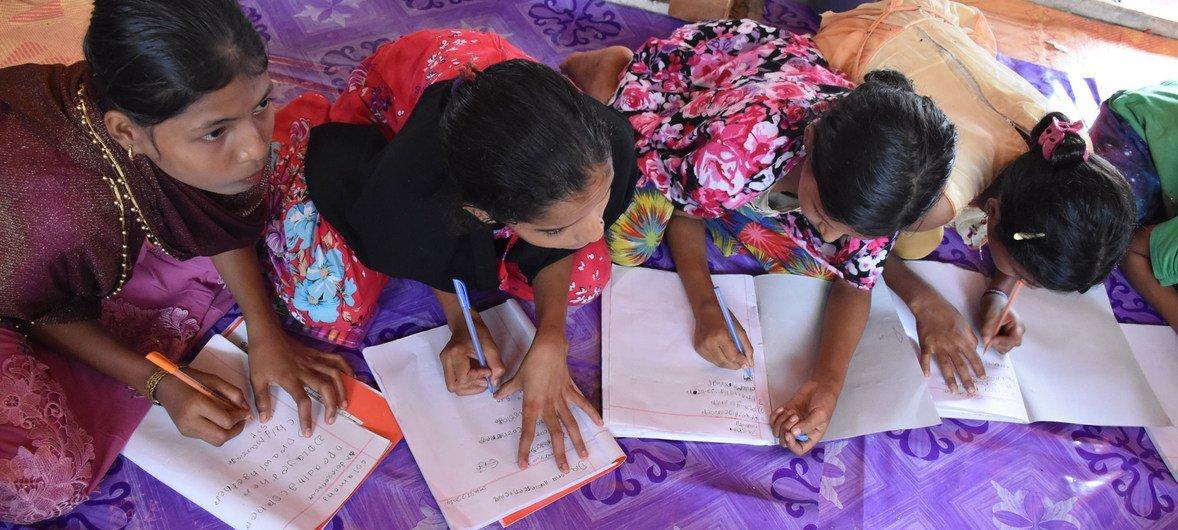Adolescentes rohinyá refugiadas estudiando en una escuela de un campamento en Cox's Bazar, Bangladesh.