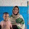 أم لاجئة من أقلية الروهينجا وابنها ينتظران في مركز للتغذية في مخيم كوكس بازار في بنغلاديش