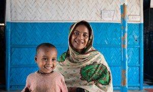 Una refugiada rohinya y su hijo en un centro de nutrición en el asentamiento de refugiados de Cox's Bazar en Bangladesh.