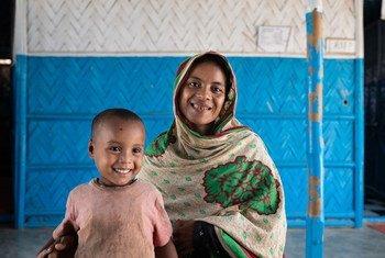 Mama na mwanaye wakisubiri katika kituo cha lishe cha makazi ya wakimbizi Cox's Bazar, Bangladesh