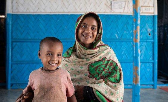 Uma mãe rohingya e seu filho em um assentamento de refugiados de Cox's Bazar, Bangladesh.