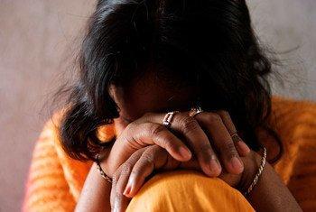 यूएन मानवाधिकार विशेषज्ञों ने, कोविड-19 महामारी, सामाजिक आर्थिक कमज़ोरी और शोषण के जोखिम के बीच गहरा सम्बन्ध देखा है. इनमें जबरन मज़दूरी, बिक्री, तस्करी और यौन शोषण के जोखिम शामिल हैं.