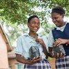 Wanafunzi wakiwa na miche ya miti nje ya shule yao ya sekondari ya Matero kwenye mji mkuu wa Zambia, Lusaka.